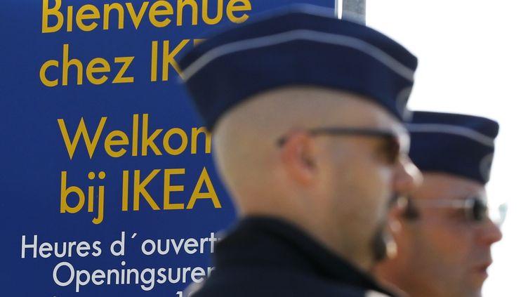 Des policiers belges devant un magasin Ikea, le 1er octobre 2011. (THIERRY ROGE / REUTERS)