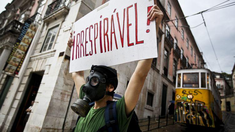 Un manifestant dénonce les mesures d'austérité prises au Portugal, lors d'un rassemblement à Lisbonne, le 28 mai 2012. (PATRICIA DE MELO MOREIRA / AFP)