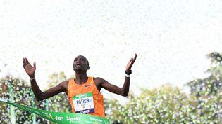 Elisha Rotich a remporté le marathon de Paris en établissant un nouveau record de l'épreuve, dimanche 17 octobre 2021. (ALAIN JOCARD / AFP)
