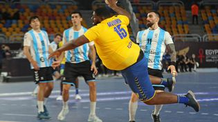 Le Congolais Gauthier Mvumbi lors d'un match de poule contre l'Argentine, pendant le Mondial de handball au Caire (Egypte), le 15 janvier 2021. (MOHAMED ABD EL GHANY / AFP)