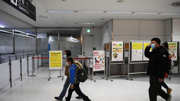 Des passagers arrivent à l'aéroport de Wuhan (Chine), le 23 janvier 2020. (CHARLY TRIBALLEAU / AFP)