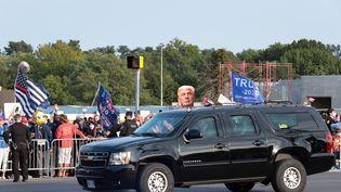 Donald Trump passe en voiture devant le centre médical militaire national Walter Reed, le 4 octobre 2020, à Bethesda, au Maryland. (CHERISS MAY / REUTERS)