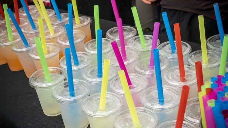 Des pailles en plastique dans des verres de limonade, le 7 juin 2018, àNew York. (RICHARD B. LEVINE / NEWSCOM / SIPA USA / AFP)