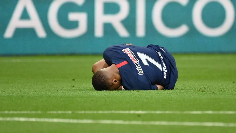 Kylian Mbappé au sol après un tacle de Loïc Perrin, vendredi 24 juillet 2020, lors de la finale de la Coupe de France de football. (FRANCK FIFE / AFP)
