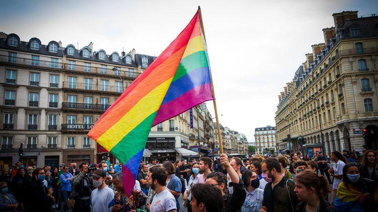 Un drapeau arc-en-ciel lors de la Pride 2020 à Paris. (Photo d'illustration) (AMAURY CORNU / AFP)