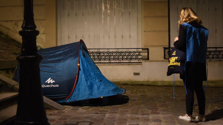 """Des bénévoles lors de la 4e """"Nuit de la solidarité"""" à Paris, pour recenser le nombre de sans-abris dans la capitale, le 24 mars 2021. (VICTOR VASSEUR / FRANCE-INTER)"""