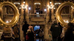 L'installation de Claude Lévêque en haut de l'escalier du Palais Garnier  (Lionel BONAVENTURE / AFP)