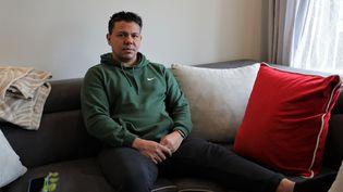 Manuel Martinez, rescapé des attentats de Bruxelles,chez lui à Buggenhout (Belgique), le 18 mars 2021. (VALENTINE PASQUESOONE / FRANCEINFO)