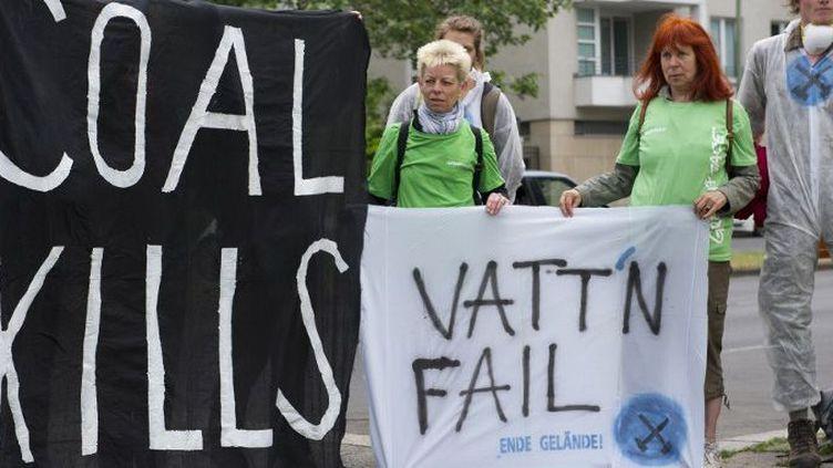 Manifestation de défenseurs de l'environnement devant l'ambassade de Suède en Allemagne qui protestent contre la vente des mines et centrales thermiques de Vattenfall. «Le charbon tue», affirme la banderole. (Paul Zinken / DPA)