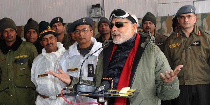 Le Premier ministre indien Narendra Modi devant les militaires de la Base de Siachen, en octobre 2014. (PIB / AFP)