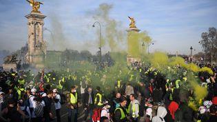 """Des fumigènes au-dessus du cortège des """"gilets jaunes"""", à Paris, le 16 février 2019. (ERIC FEFERBERG / AFP)"""