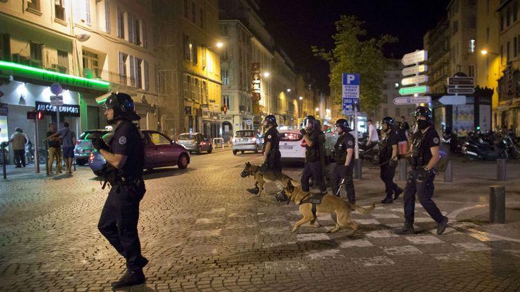 (Des patrouilles de police à Marseille dans la nuit de jeudi à vendredi après des incidents sur le Vieux-Port © SIPA/AP/Darko Bandic)