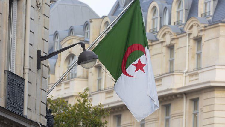 Le drapeau de l'Algérie, accroché à l'ambassade algérienne à Paris. (VINCENT ISORE / MAXPPP)