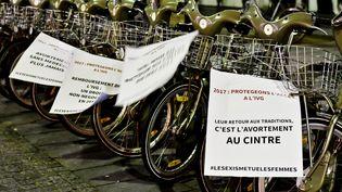 Le collectif Insomnia a accroché 1 000 affiches en faveur du droit à l'avortement, à Paris, dans la nuit du 16 au 17 janvier 2017.   (PAULINE MAKOVEITCHOUX)
