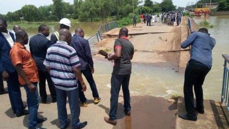 La route entre le Niger et le Bénin est coupée après l'effondrement du pont sur le Niger. (24 heures au Bénin)