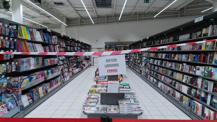 Le rayon librairie d'une grande surface fermé dans le département du Rhône le 31 octobre 2020. (SEBASTIEN RIEUSSEC / HANS LUCAS)