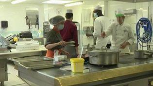 Déconfinement : retour en cuisine pour les élèves d'un lycée hôtelier pour décrocheurs (FRANCE 2)