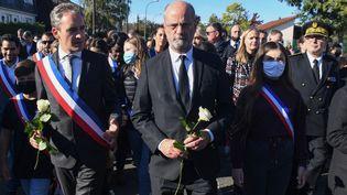 Le ministre de l'Education nationale Jean-Michel Blanquer (centre) lors d'un rassemblement en hommage à Samuel Paty à Conflans-Sainte-Honorine (Yvelines), le 16 octobre 2021. (ALAIN JOCARD / AFP)