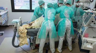 Des soignants à l'hôpitalPurpan, à Toulouse, (Haute-Garonne), le 21 avril 2020. (FR?D?RIC SCHEIBER / HANS LUCAS / AFP)