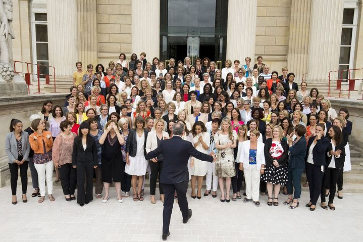 Richard Ferrand réunit toutes les femmes nouvellement élues à l'Assemblée nationale sous l'étiquette La République en marche, le 24 juin 2017 à Paris (GILLES BASSIGNAC / AFP)