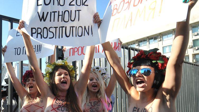 Les activistes de Femen en Ukraine protestent devant la stade de Kiev le 27 septembre 2012 (GENYA SAVILOV / AFP)