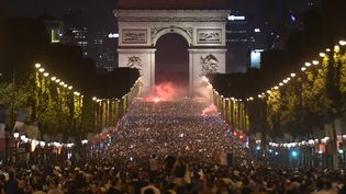 Les Champs-Elysées après la victoire des Bleus lors des demi-finales de la Coupe du monde (Victoire de la France face à la Belgique 1 à 0 ), le 10 juillet 2018. (LUCAS BARIOULET / AFP)