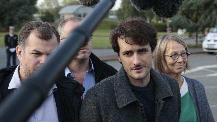 Loup Bureau (à droite) et son avocat Martin Pradel (à gauche) à l'aéroport Roissy-Charles de Gaulle, le 17 septembre 2017. (GEOFFROY VAN DER HASSELT / AFP)