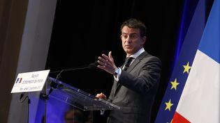 Le Premier ministre, Manuel Valls, le 12 septembre 2015 à la Maison de la Chimie à Paris pour une réunion avec des maires sur l'accueil des réfugiés. (THOMAS SAMSON / AFP)