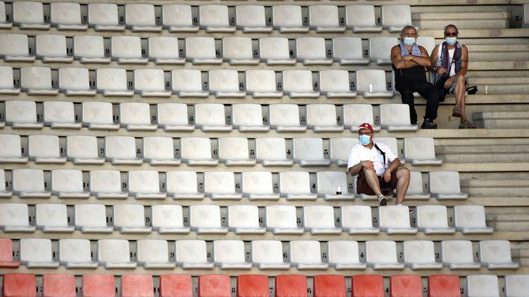 Des supporters espacés portants des masques chirurgicaux dans les tribunes du Stade Marcel Picot, à Tomblaine (proche banlieue de Nancy), le 8 août 2020 (ALEXANDRE MARCHI / MAXPPP)