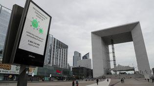 Vue de la Grande arche de la Défense, le quartier d'affaires près de Paris, le 16 mars 2020. (LUDOVIC MARIN / AFP)