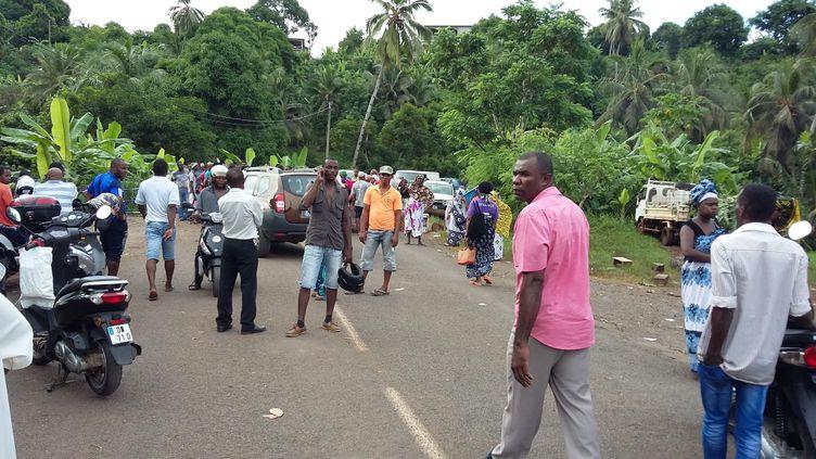 Un barrage routier sur la commune de Bandrele, au sud-est de Mayotte, le 8 avril 2016. (MAYOTTE 1ERE)