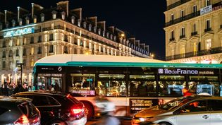 Un bus de la RATP à Paris, le 30 décembre 2019. (MATHIEU MENARD / HANS LUCAS / AFP)