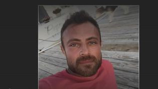FabienAzoulayestemprisonné depuis quatre ans à Ankara, condamné à 16 ans de prison pour détention de stupéfiants.Victime de sévices, ses avocats demandent son rapatriement. (FRANCEINFO)