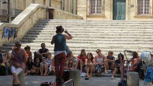Un artiste de rue au festival d'Avignon (Vaucluse) dont l'édition 2020 est compromise par l'épidémie de Covid-19. (STÉPHANE MILHOMME / RADIOFRANCE)