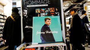 Un disque de Johnny Hallyday mis en avant dans unmagasin de produits culturels à Paris, le 23 décembre 2017. (MAXPPP)