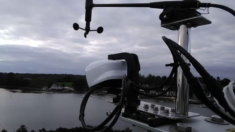 Le système Oscar, installé en haut d'un mât d'un bateau.