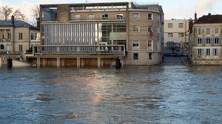 Plus en amont, à Melun (Seine-et-Marne), la Seine a également envahi les rues. (PHILIPPE MUNIER / CROWDSPARK / AFP)