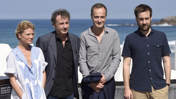 """L'équipe du film """"La douleur"""", dont son réalisateur Emmanuel Finkiel (deuxième en partant de la gauche), au festival du film de San Sebastian (Espagne), le 23 septembre 2017. (CLEMENS NIEHAUS / AFP)"""