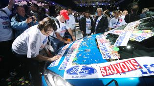 Des salariés de l'usineFord de Blanquefort (Gironde) manifestent auSalon de l'auto, le 29 septembre 2012 à Paris. (THOMAS SAMSON / AFP)