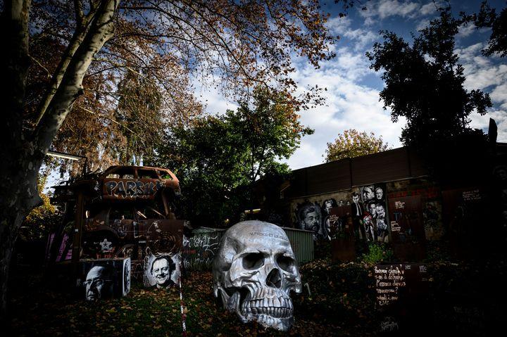 Dans la Demeure du Chaos deSaint-Romain-au-Mont-d'Or, on distingue une vanité, un portrait de Coluche et les débris d'un véhicule, le 25 novembre 2019. (JEAN-PHILIPPE KSIAZEK / AFP)