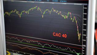 L'indice du CAC 40 le 16 août 2011 sur un écran du cabinet Aurel BCG. (BERTRAND GUAY/AFP)