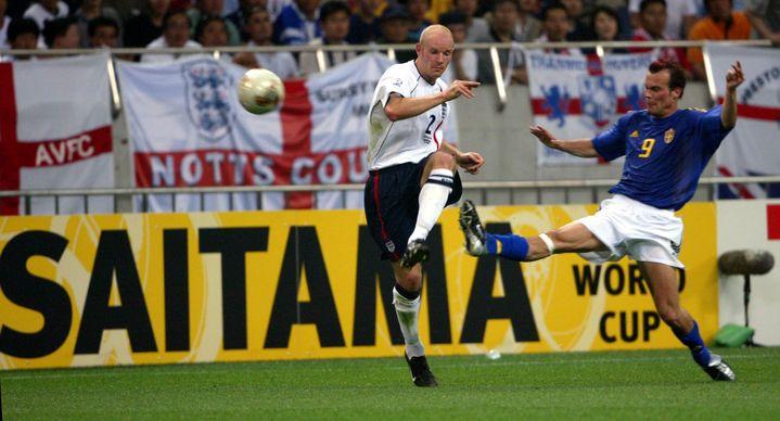 Le défenseur anglais Danny Mills face au milieu suédois Freddie Ljungberg, lors de la Coupe du monde 2002, à Saitama (Japon), le 2 juin. (REUTERS)