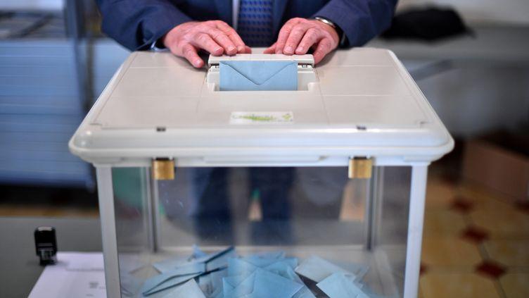 Un électeur vote lors du premier tour des législatives à Château-Thébaud (Loire-Atlantique), le 11 juin 2017. (LOIC VENANCE / AFP)