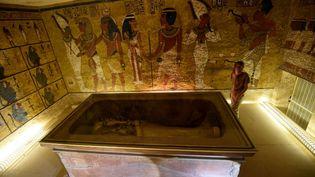 Le sarcophage de Toutankhamon exposé dans sa chambre funéraire de la Vallée des rois, près de Louxor, à 500 km du Caire (Egypte). (MOHAMED EL-SHAHED / AFP)