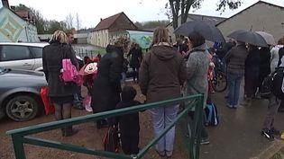 Des parents d'élèves et leurs enfants devant l'école de Lisbourg (Pas-de-Calais), le 3 novembre 2014. ( FRANCE 2)