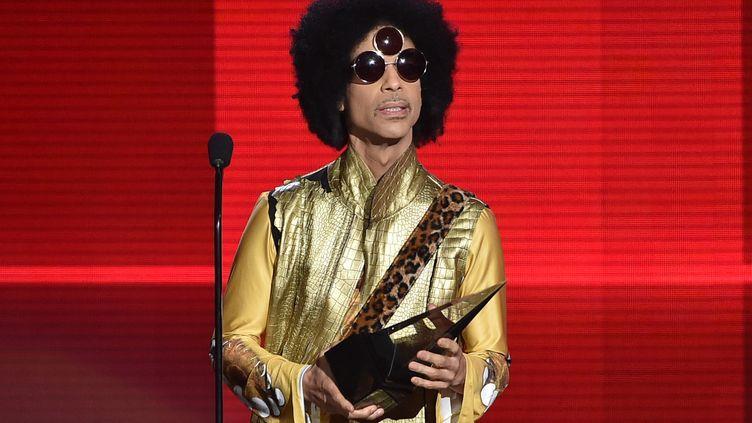 Le chanteur américain Prince, sur la scène du Microsoft Theater de Los Angeles, le 22 novembre 2015. (KEVIN WINTER / GETTY IMAGES NORTH AMERICA / AFP)
