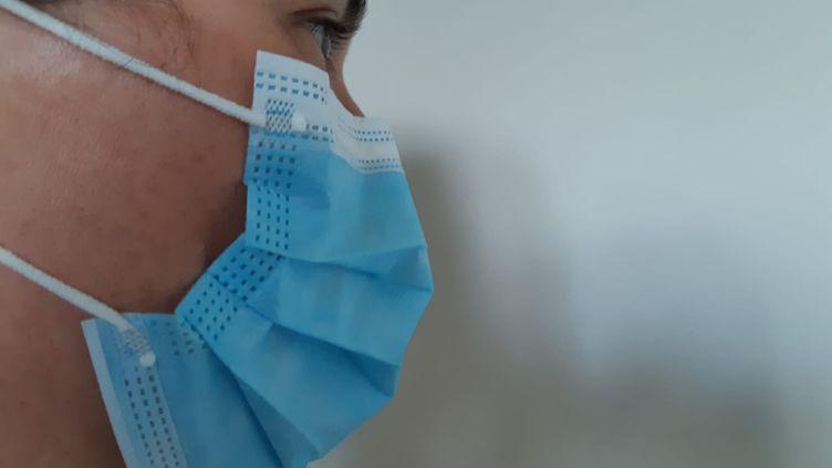 Port de masque de protection, d'un masque chirurgical. (FLORENCE GOTSCHAUX / FRANCE-BLEU DRÔME-ARDÈCHE)