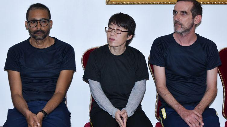 Les trois otages libérés au Burkina Faso –Laurent Lassimouillas, une Sud-Coréenne qui n'a pas été identifiée etPatrick Picque – au palais présidentiel de Ouagadougou, le 11 mai 2019. (AHMED OUOBA / BURKINA FASO PRESIDENT OFFICE / AFP)