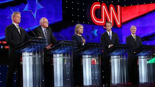 De gauche à droite,Jim Webb, Bernie Sanders, Hillary Clinton, Martin O'Malley et Lincoln Chafee, les cinq candidats à l'investiture démocrate pour la présidentielle américaine de 2016, le 14 octobre 2015 à Las Vegas (Etats-Unis). (JOE RAEDLE / GETTY IMAGES NORTH AMERICA)