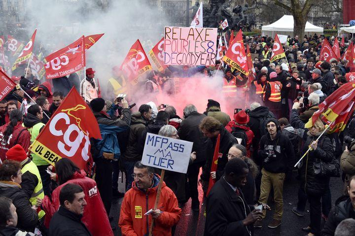 Des militants de la CGT rassemblés place de la Nation, à Paris, le 4 février 2016, en soutien aux huit ex-salariés de Goodyear condamnés. (DOMINIQUE FAGET / AFP)